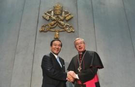 Le-PDG-NTT-Data-Corporation-archiviste-bibliotheque-Vatican-Mgr-Jean-Louis-Brugues-20-mars-2014