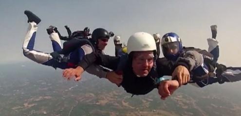 un pretre saute en parachute